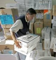 Trabajador de la ONPE transporta material electoral